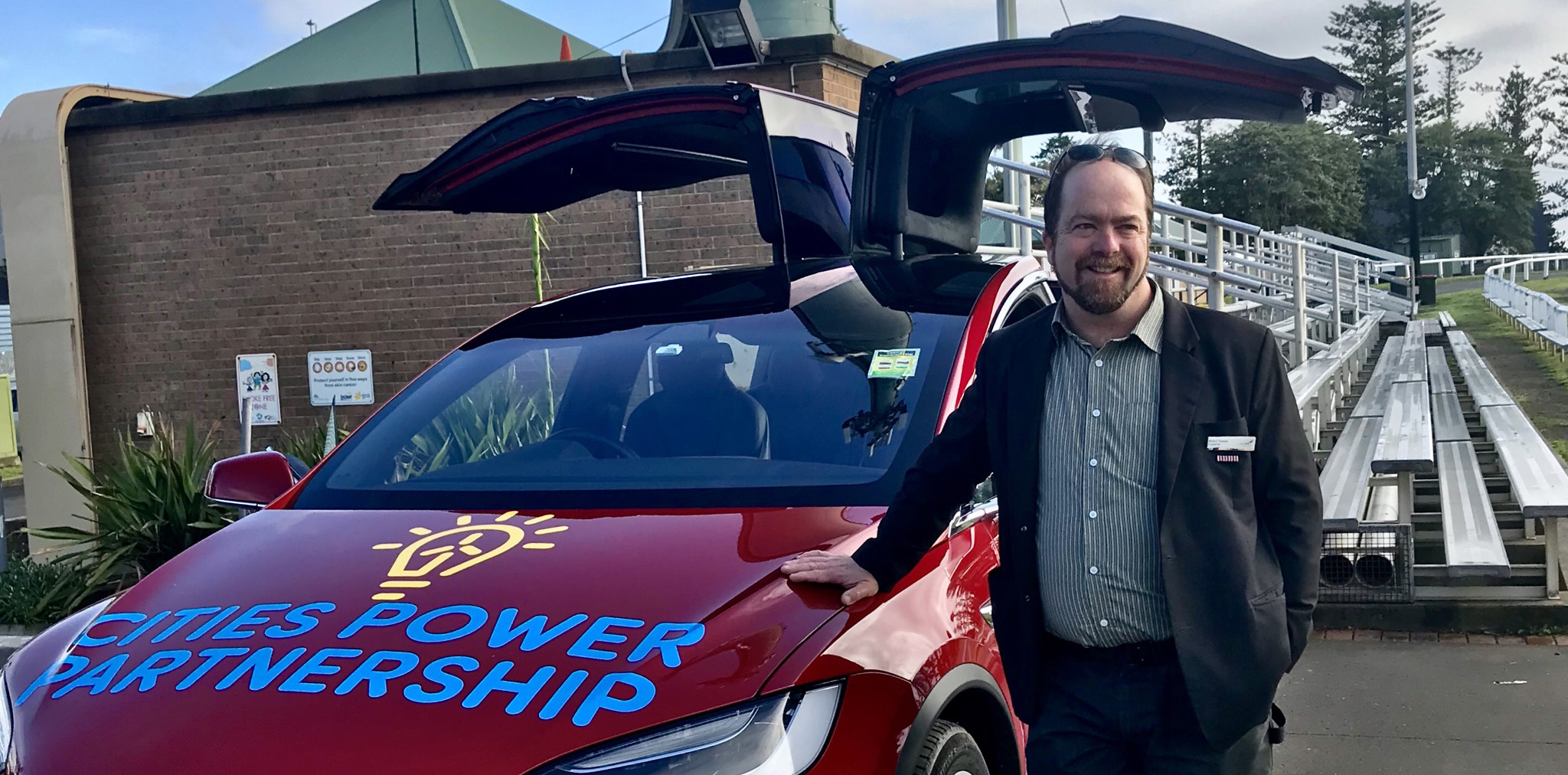 Ward 2 Councillor, Brent Hoare, inspects an electrical vehicle at the inaugural Cities Power Partnership Summit.