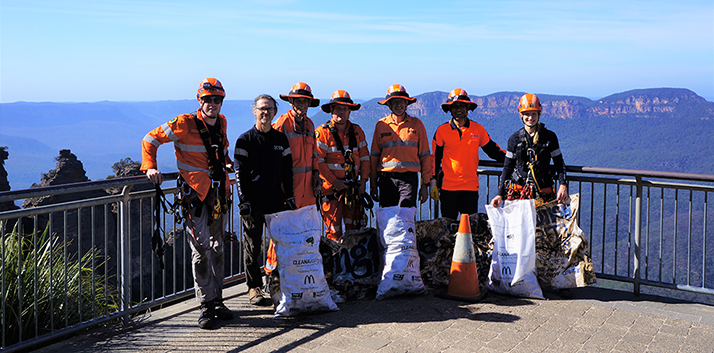 SES volunteers who abseiled below the Echo Point lookout to collect rubbish in 2020.